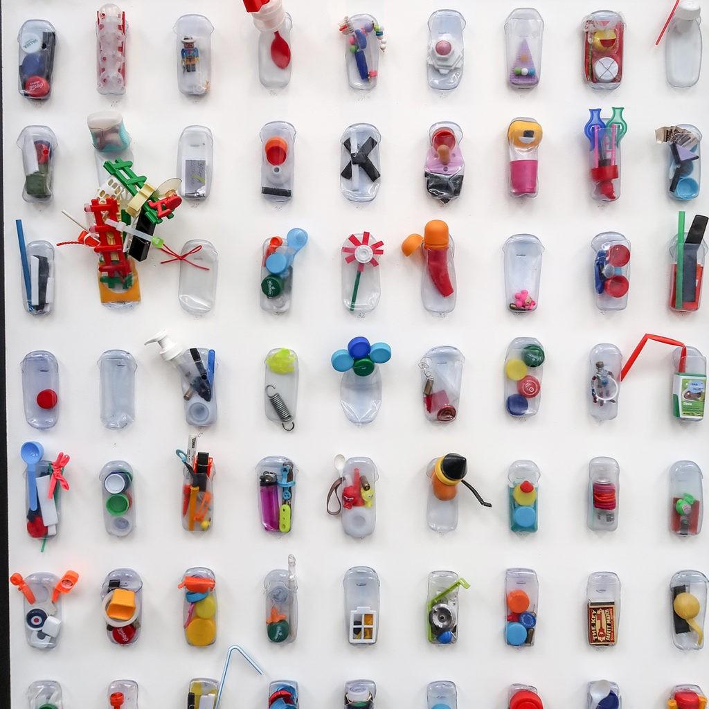 plast_recyklace_samosebou_stena