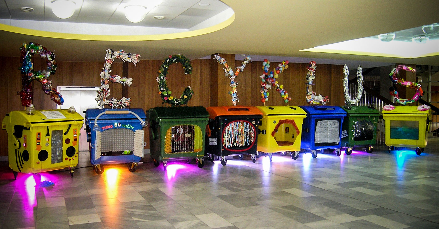 recyklus_kontejnery_trideni_odpadu_plast_papir_sklo_napojove_kartony