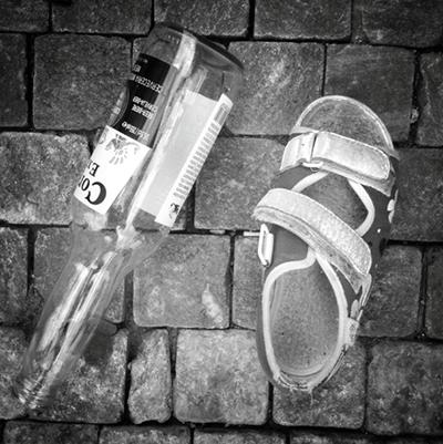 sandal_sklenena_lahev_sklo_samosebou
