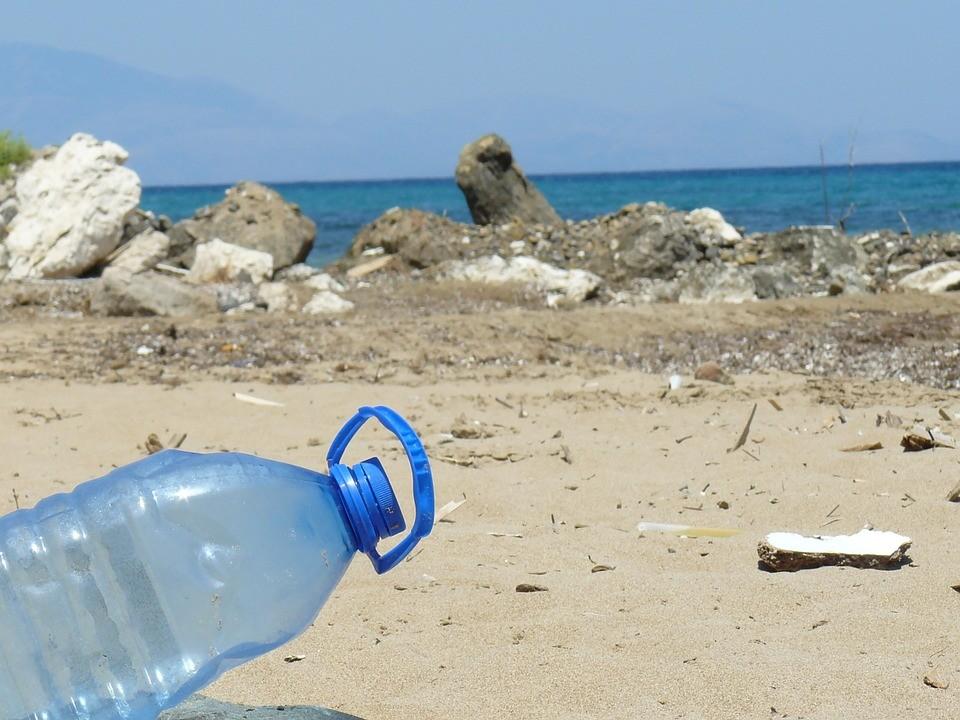 plastova_lahev_plaz_trideni_odpadu_exotika_samosebou