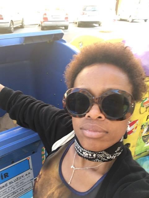 samosebou_Tonya_Graves_trideni_odpadu_papir_plast_kontejnery