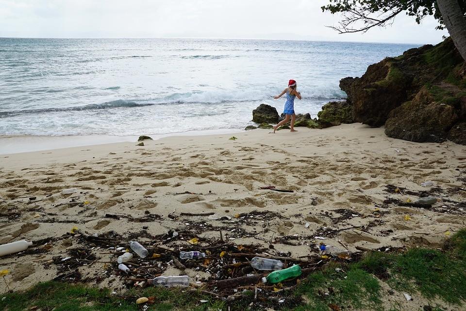 plastový_odpad_na_pláži