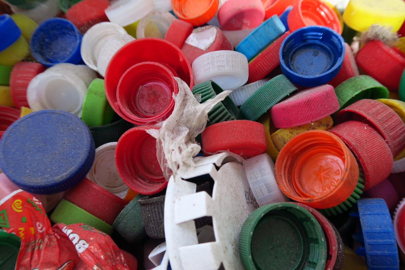 plasty_plast_pet_lahev_mikroplast_vicka_samosebou