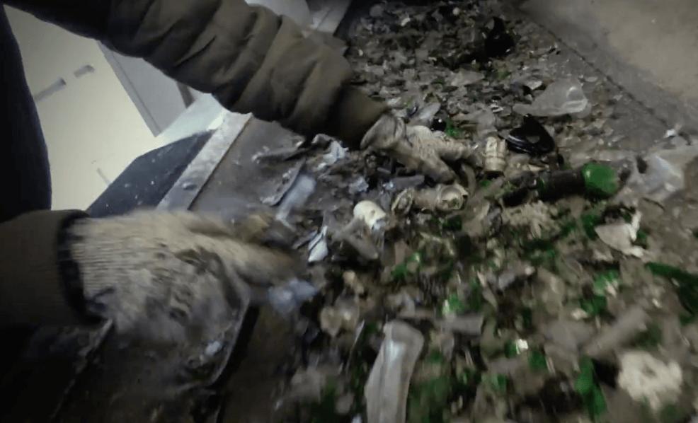 rucni_dotrideni_trideni_sklo_recyklace_pas_ruce_dotridovaci_linka