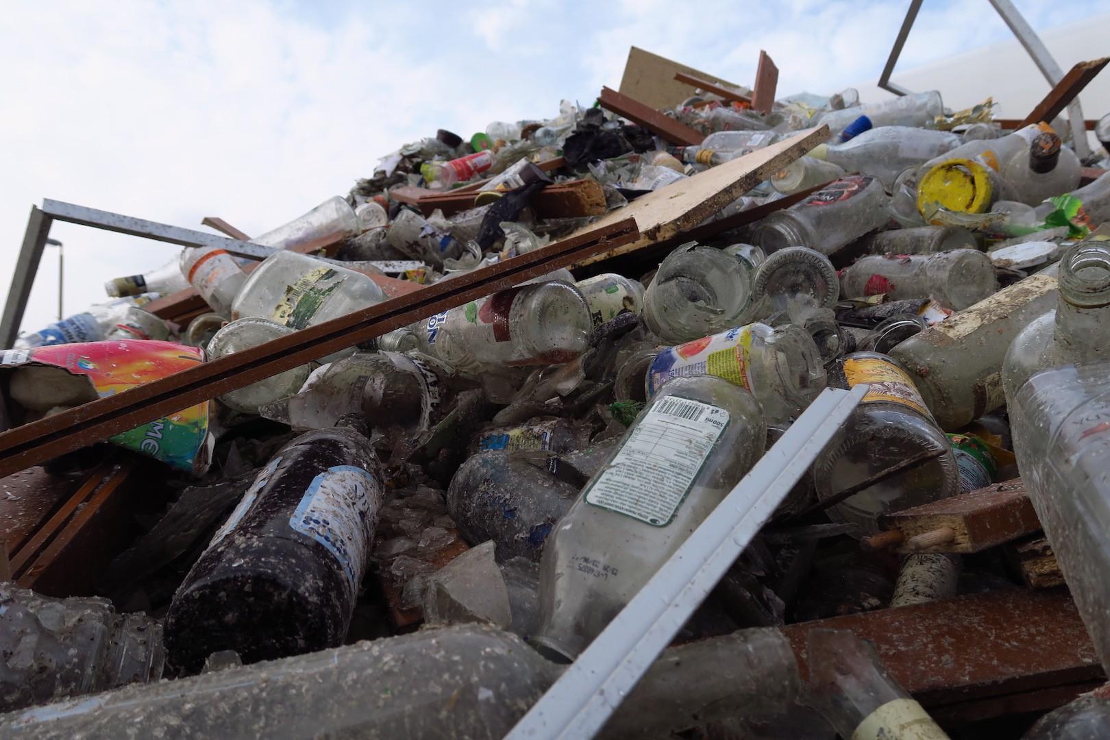 sklo_pred_rucnim_tridenim_strepiste_trideni_recyklace