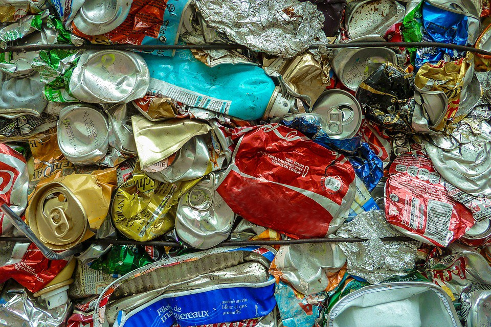trideni_plechovky_kov_recyklace_hlinik