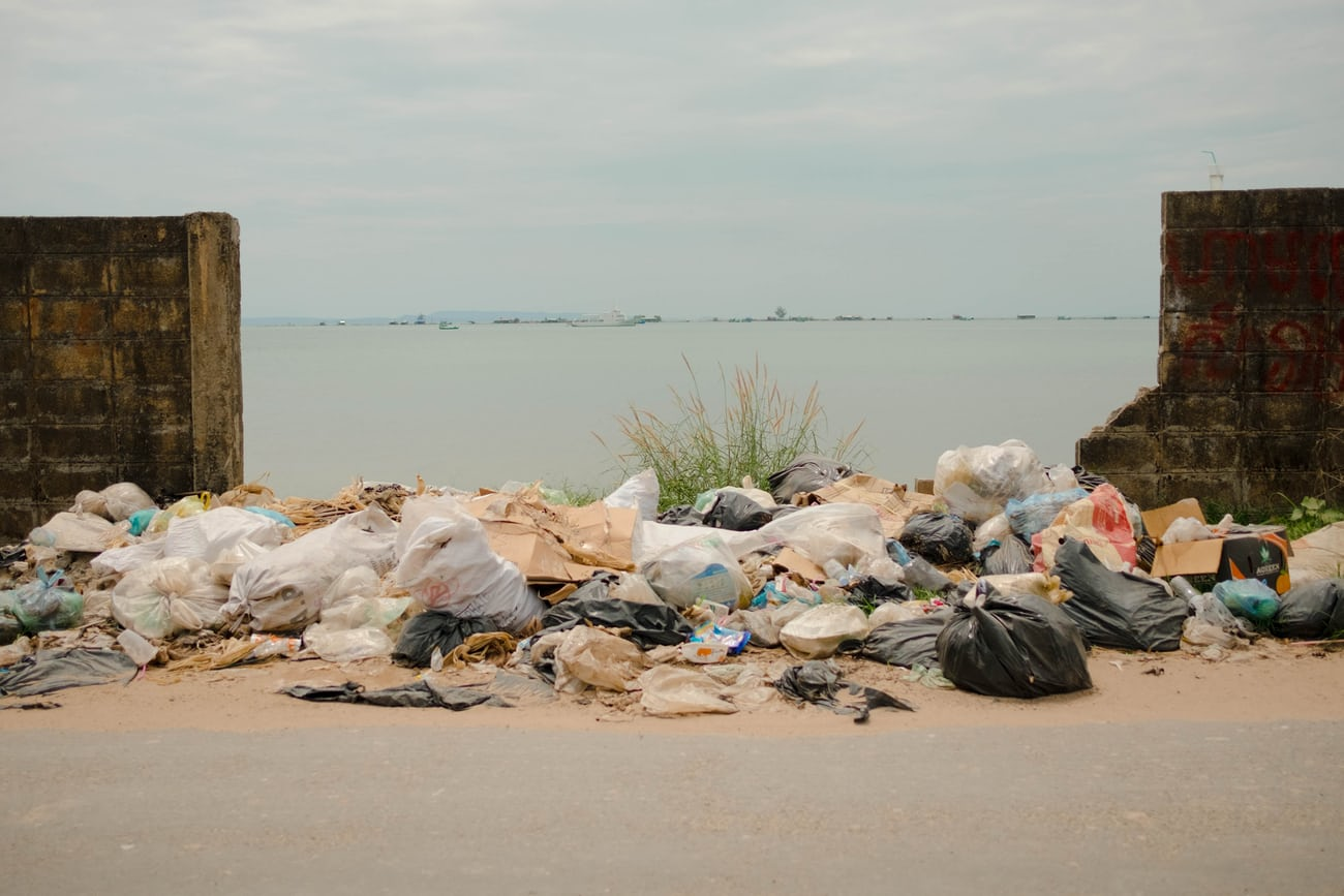 ekonovinky_kveten_samosebou_kambodza_odpadky_odpad