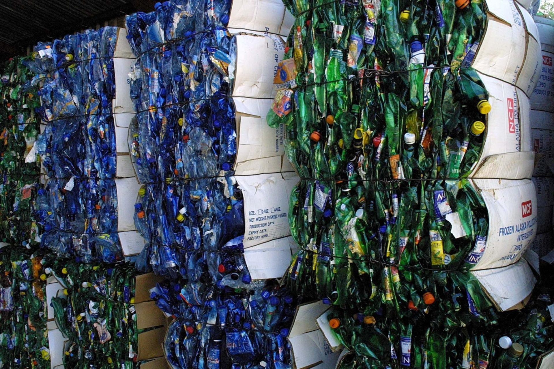 ekonovinky_kveten_samosebou_pet_lahve_slisovane_odpadky_odpad_trideni_recyklace