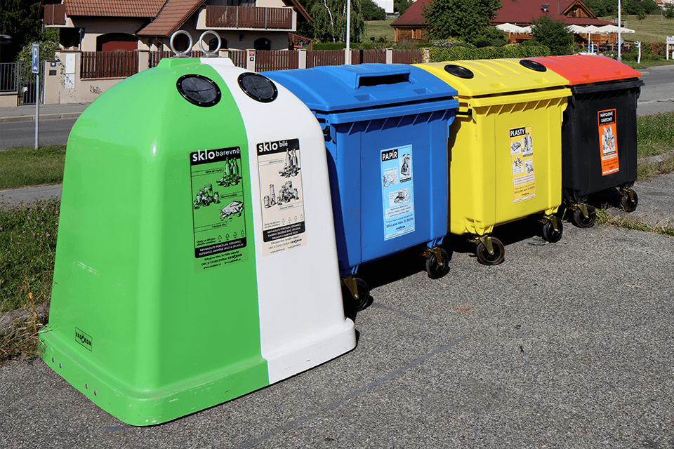 zeleny_bily_kontejner_trideni_sklo_lahev_odpad