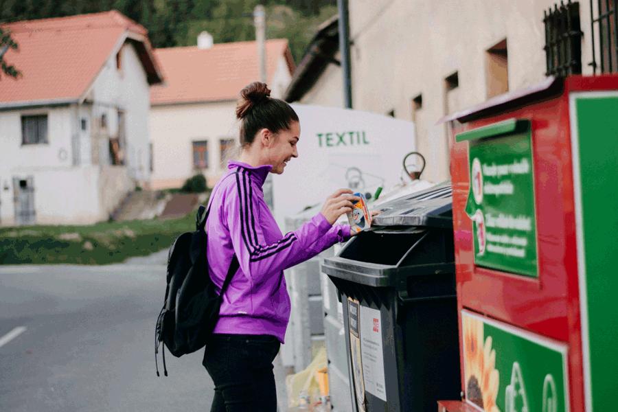 trideni_kontejner_napojovy_karton_zena_odpad_samosebou