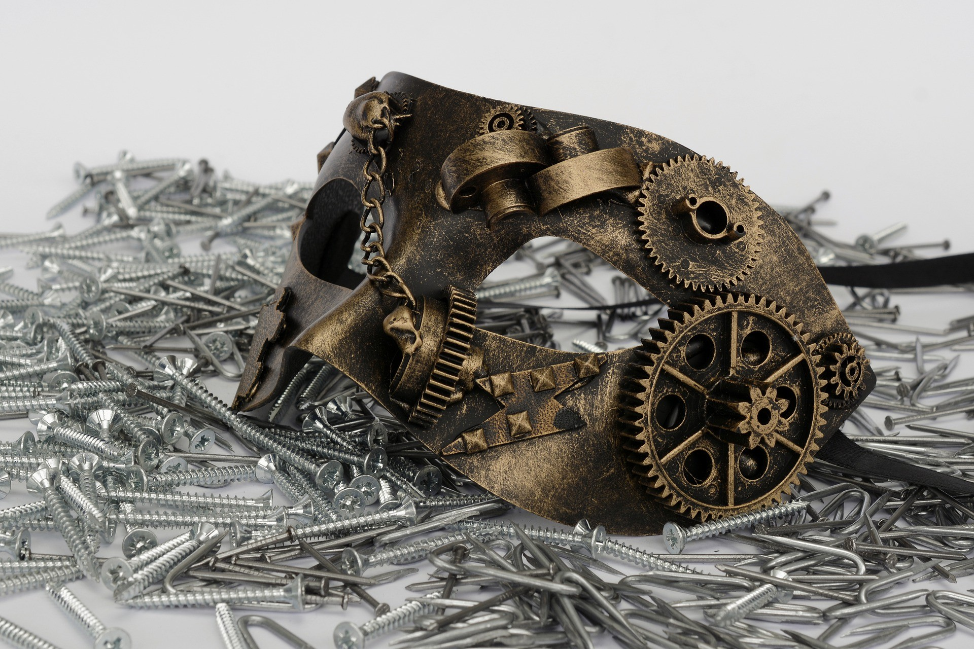 upcyklace_maska_kov_reuse_steampunk_trideni