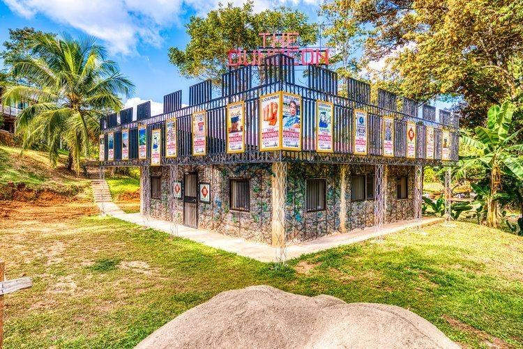 Kanadský podnikatel žijící vPanamě, Robert Bezeau, kreativně využil odpad apoužitím starých PETek postavil několik domků. Zdroj: Plasticbottlevillage-theline.com