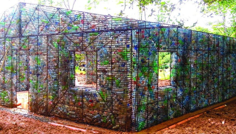 Tímto činem upozornil Bezeau naobrovské množství (nejen) plastového odpadu vestátech Karibiku. Zdroj: Plasticbottlevillage-theline.com