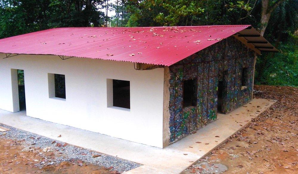 V Panamě už vzniklo několik rodinných domů zplastu. Zdroj: Plasticbottlevillage-theline.com