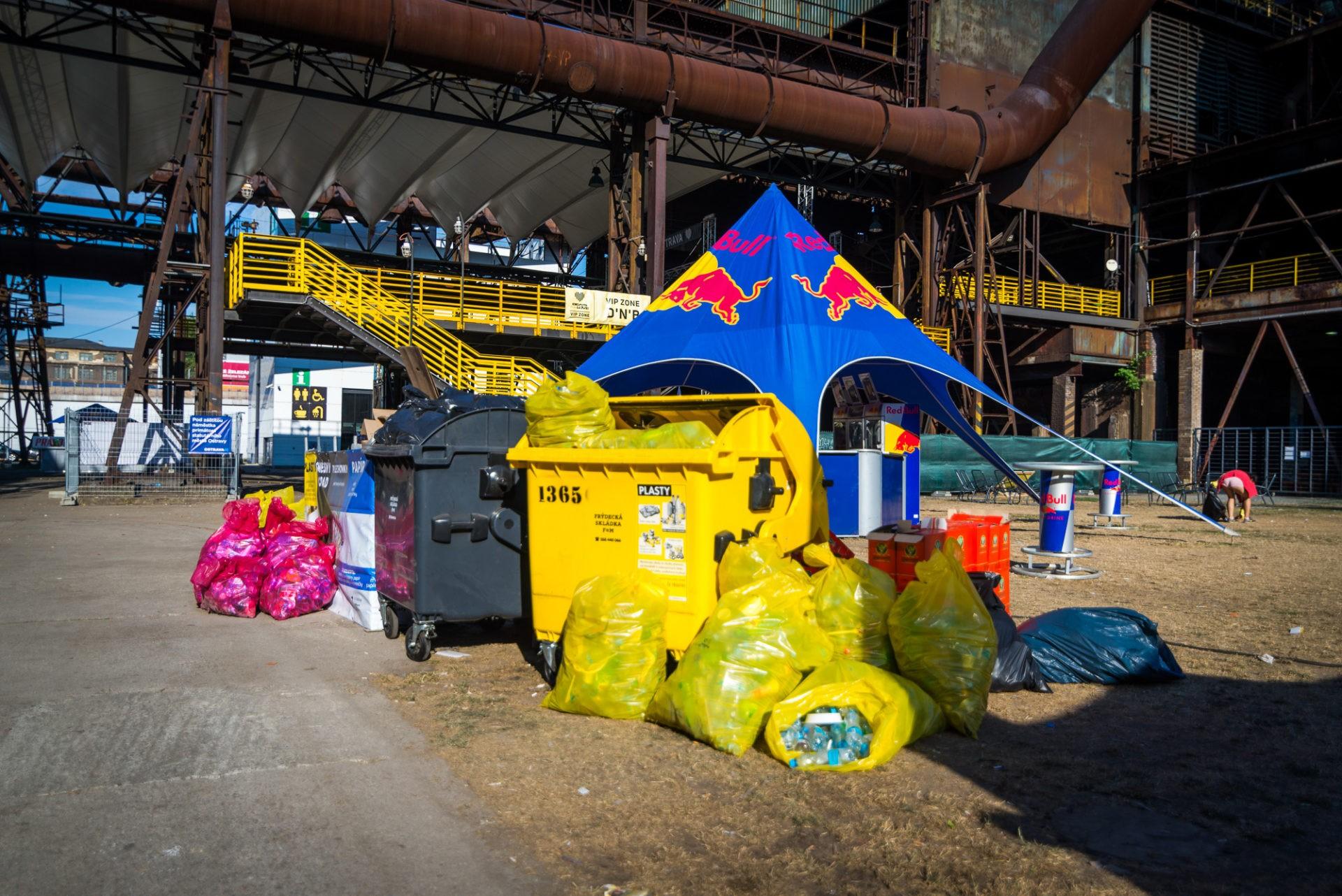 Po skončení festivalu mimo otevírací hodiny areálu jsou kontejnery apytle připraven ksvozu