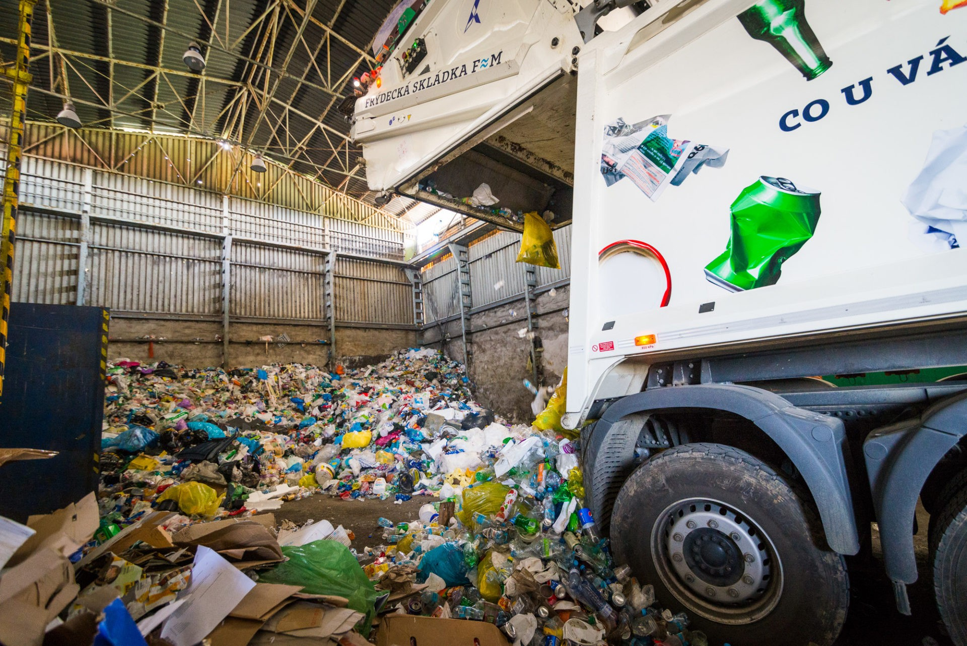 Tříděný odpad jesvezen nadotřiďovací linku