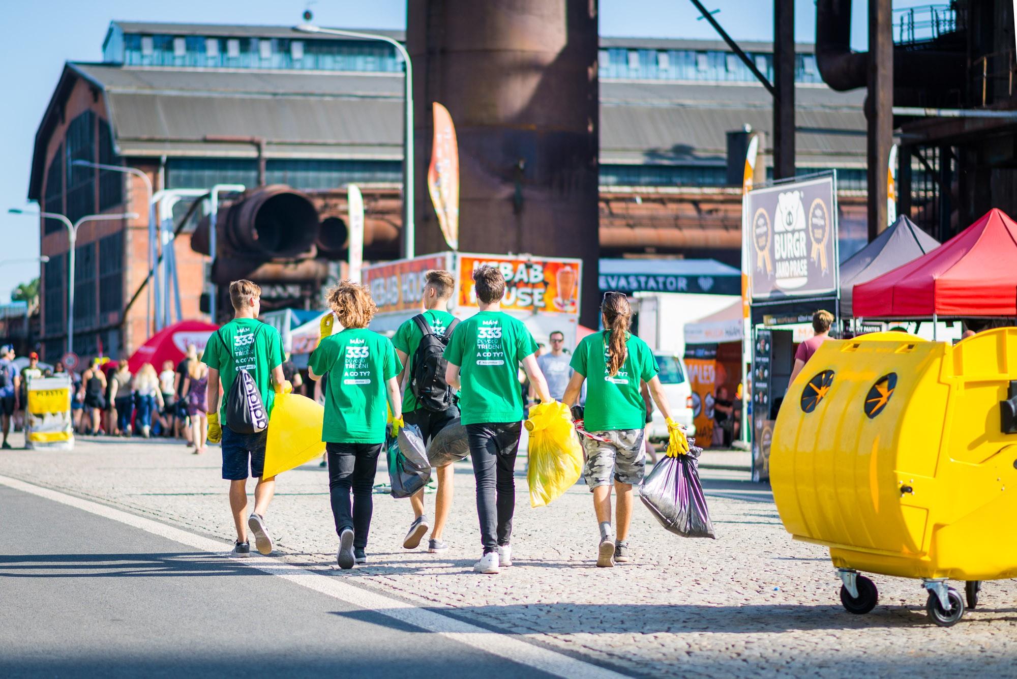 Celkem 120členů úklidových čet sestará očisté designové koše, aletaké oto, abybyltříděn odpad odhozený nazem