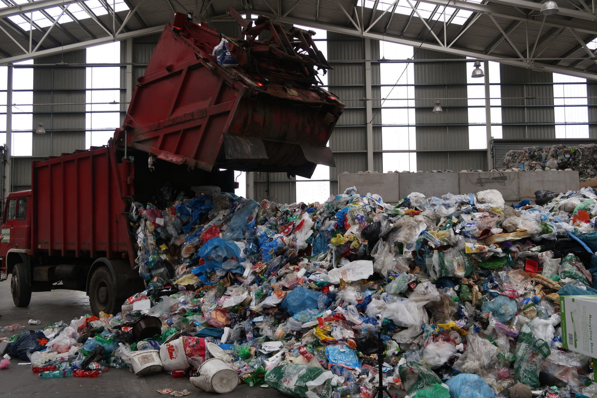 Svozové automobily jsou speciálně upraveny tak, abymohly svážet různé druhy odpadu. Vtomto případě šlo osměsici vytříděného plastového odpadu zkontejnerů, abymohl být dále zpracován.