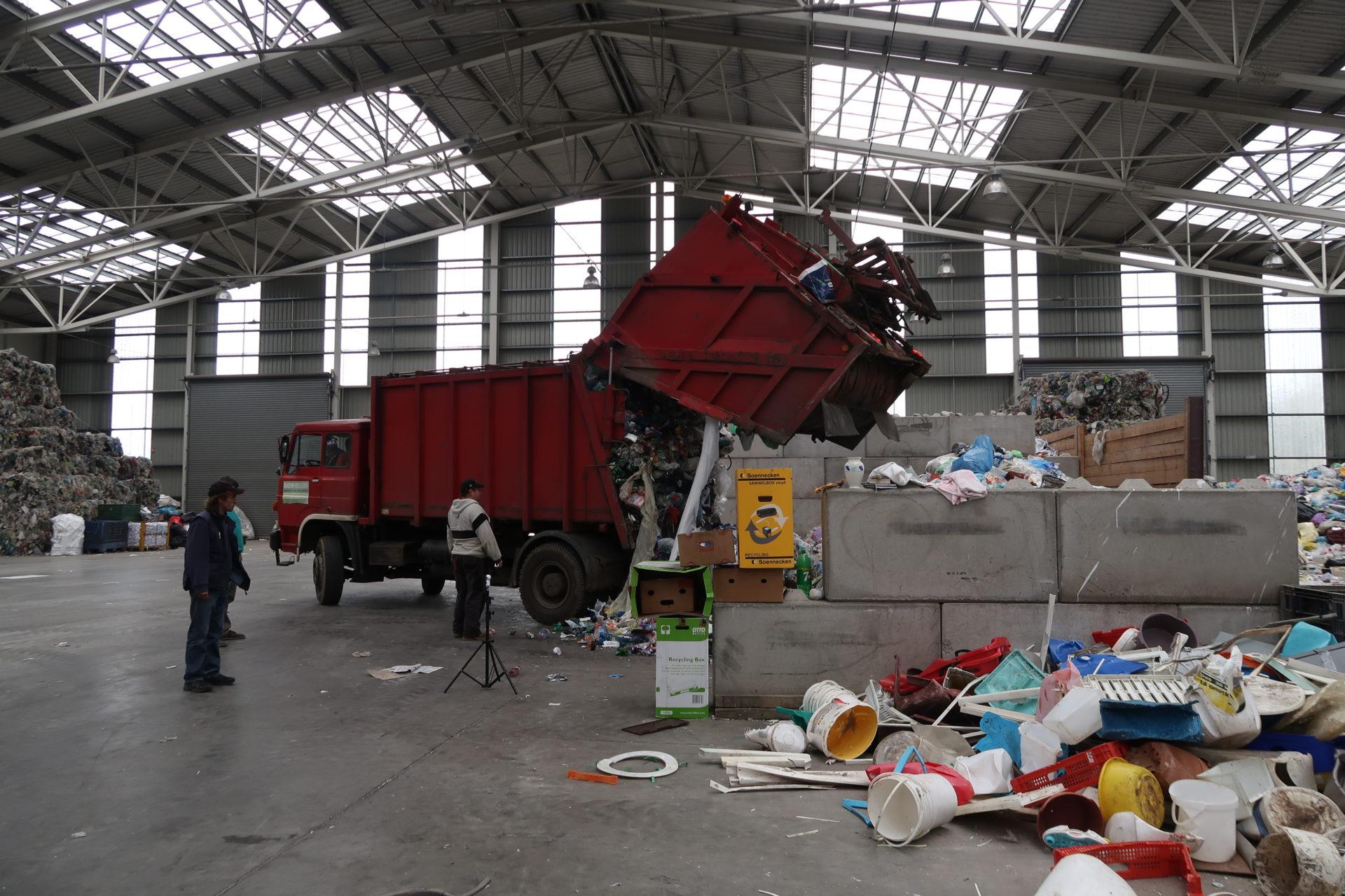 V třídičce čeká vysypaný odpad ještě několik fází třídění. Vtomto provozu probíhá roztřídění odhrubých nečistot, které jsou dávány stranou, naodpad zrůzných druhů plastů, kterýpodle toho putuje dodalší fáze zpracování.