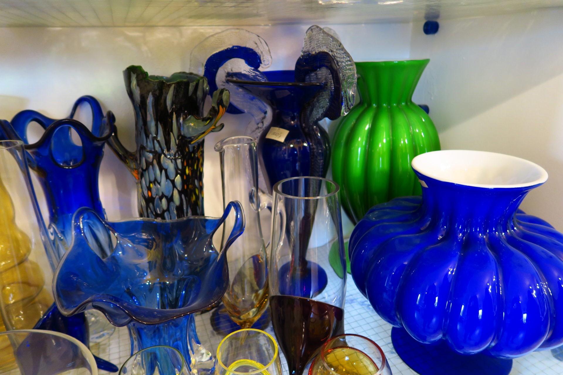 Na výrobu pestrobarevných váz zfoukaného skla jsou třeba střepy nejvyšší kvality – hlavní primární surovinou jsou křemičité písky.