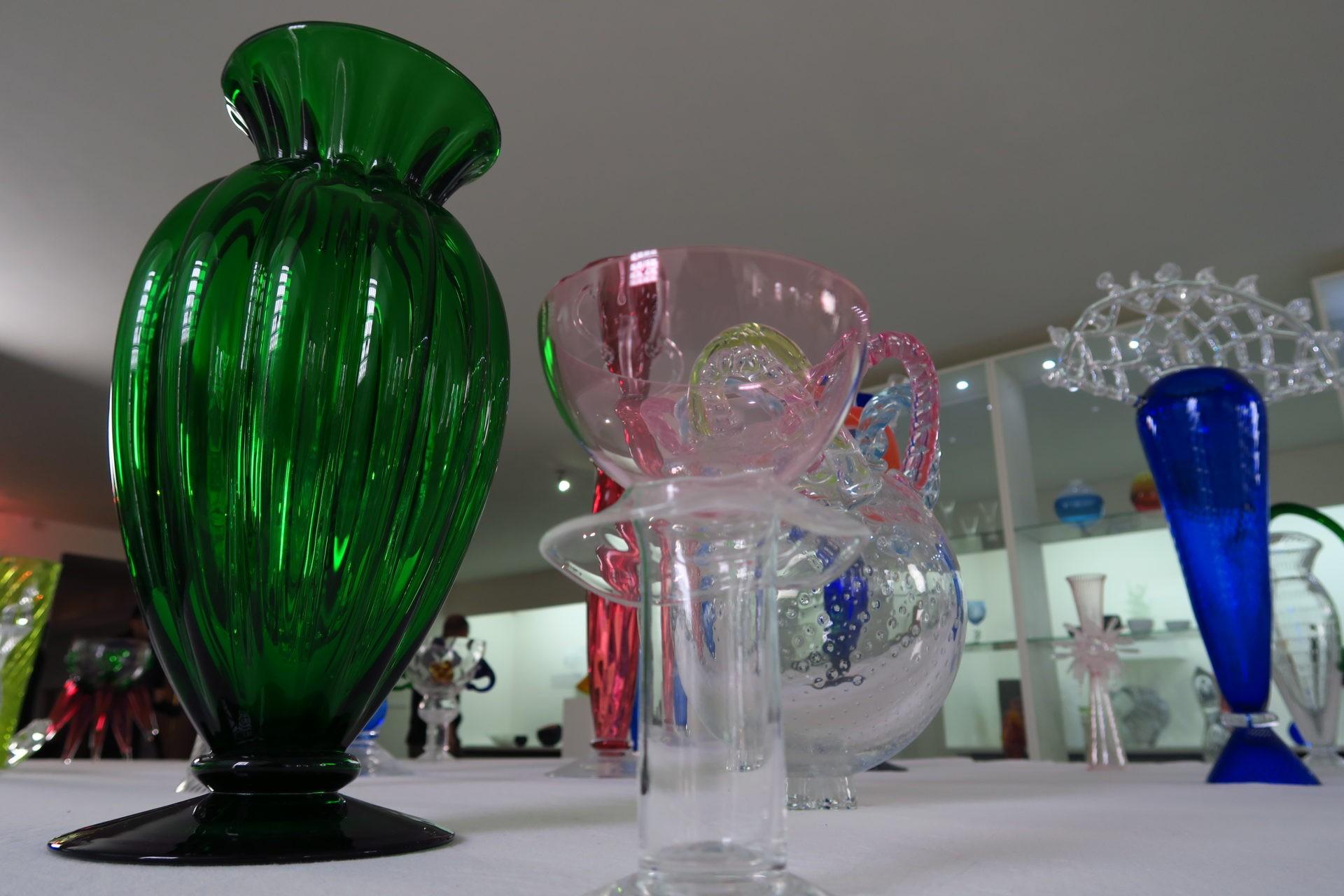 Miminkovsky růžové barvy skla dosáhneme díky erbiu.