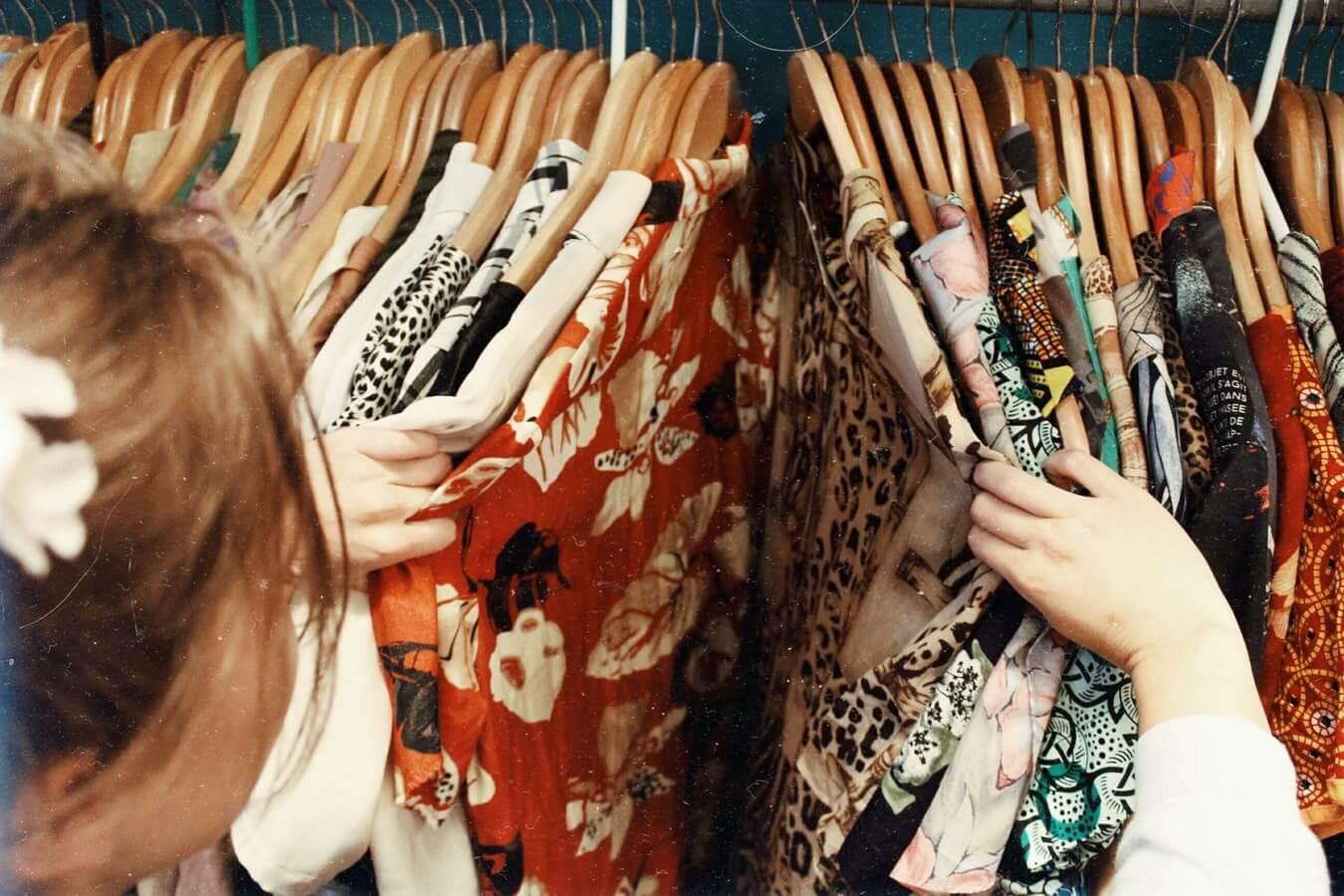 textilni_prumysl_obchod_obleceni_svetr_uklid