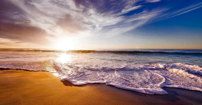 ocean_morska_pena_vlny_plaz_pisek_obloha