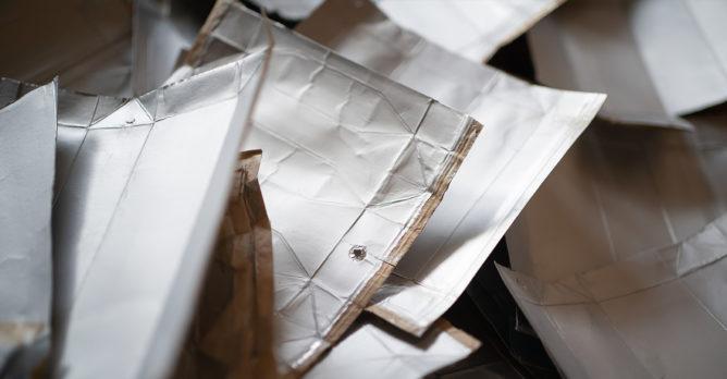 napojovy_karton_recyklovatelny_material_vnitrni_hlinova_vrstva_vnejsi_papirova